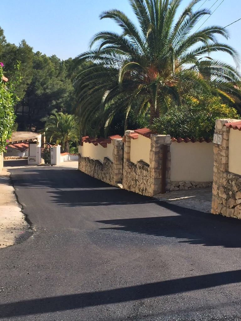 November 17, our little road finally gets a layer of tarmac!