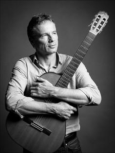 """Ueli Schmezer, TV Moderator und Musiker in seiner Band """"Matter live""""."""