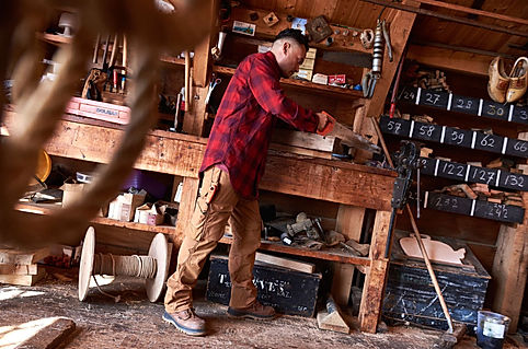 Carhartt Workwear online kaufen. Amerikanische Arbeitskleidung aus Baumwolle.