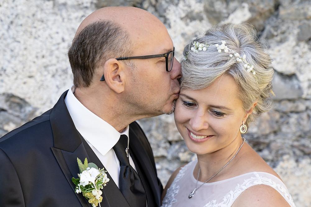 Brautpaar Stirnkuss