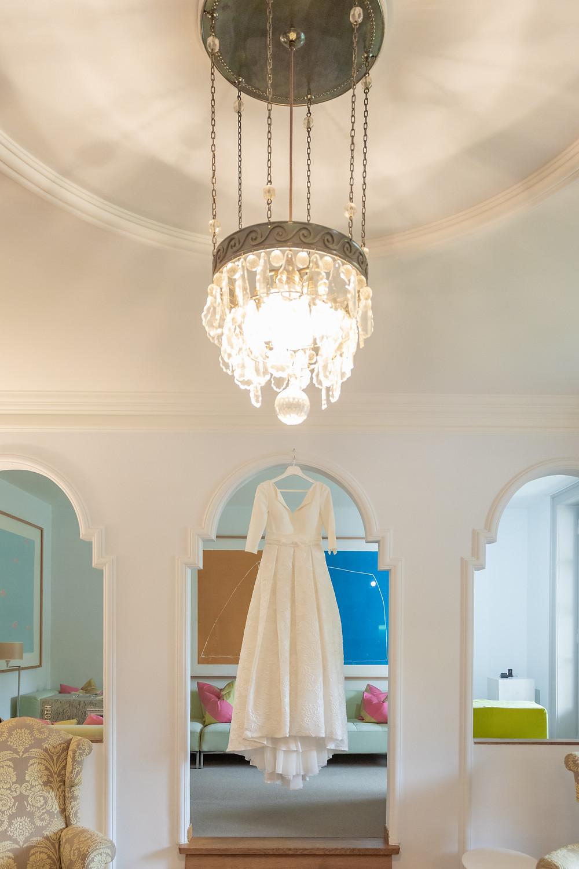 Brautkleid im Bogen mit Kronleuchter