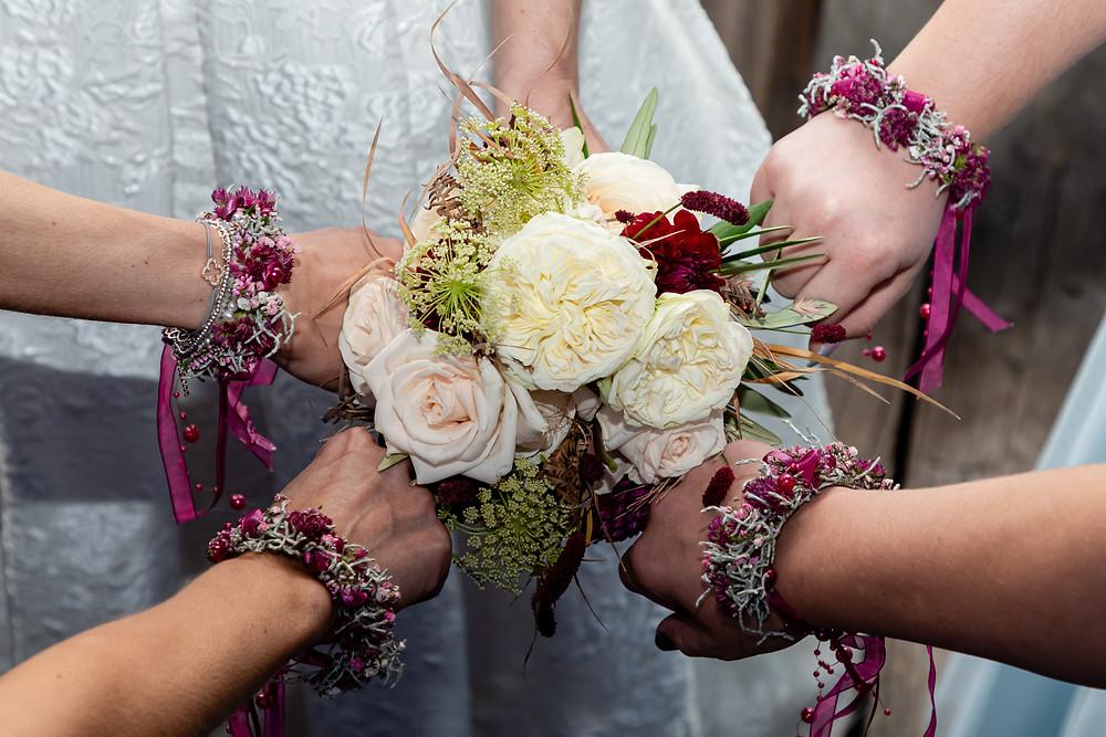 Detailbild Brautstrauss und Blumenarmbänder