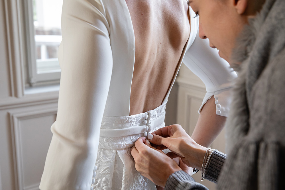 Brautkleid anziehen, getting ready