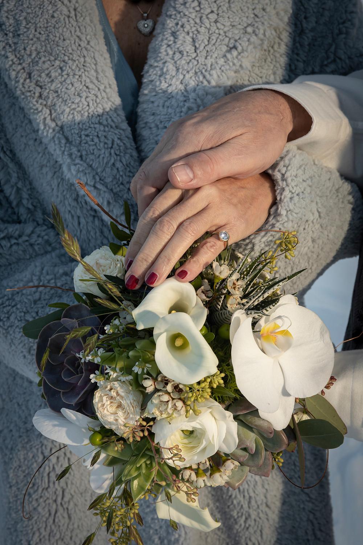 Brautstrauss mit Händen und Ringen