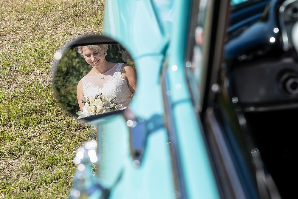Braut Portrait Spiegel Oldtimer