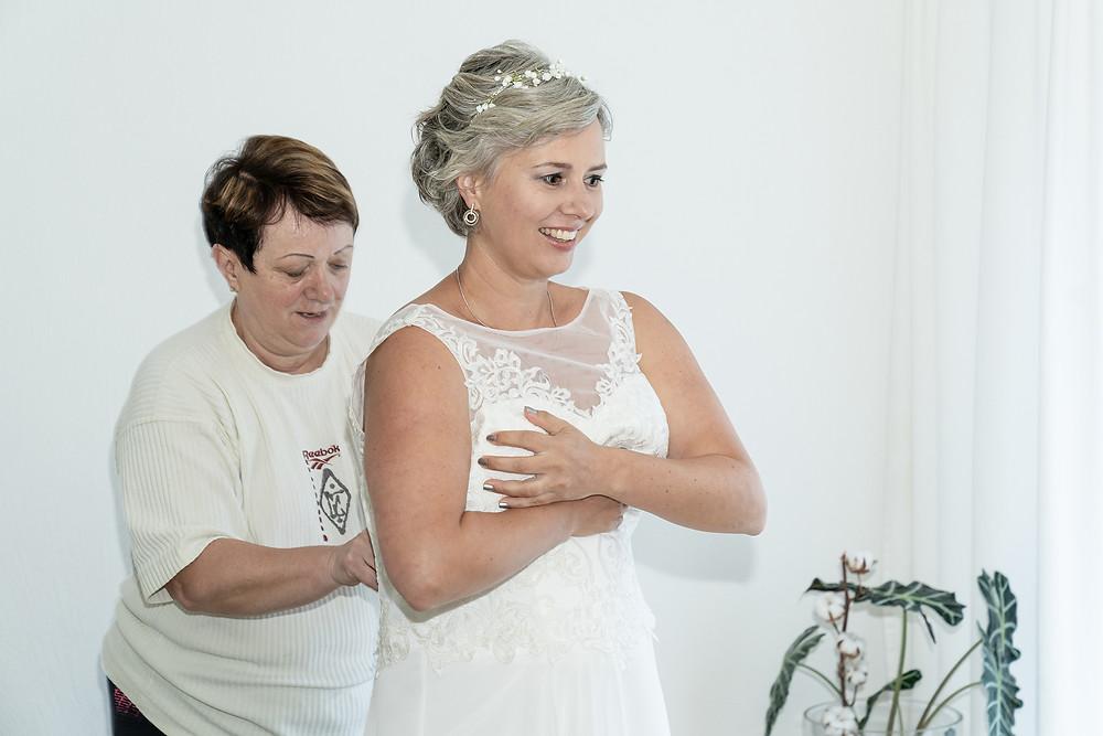 Ankleiden Braut mit Mutter