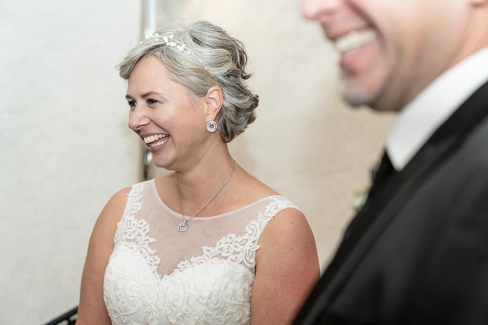 Lachende Braut in Kirche