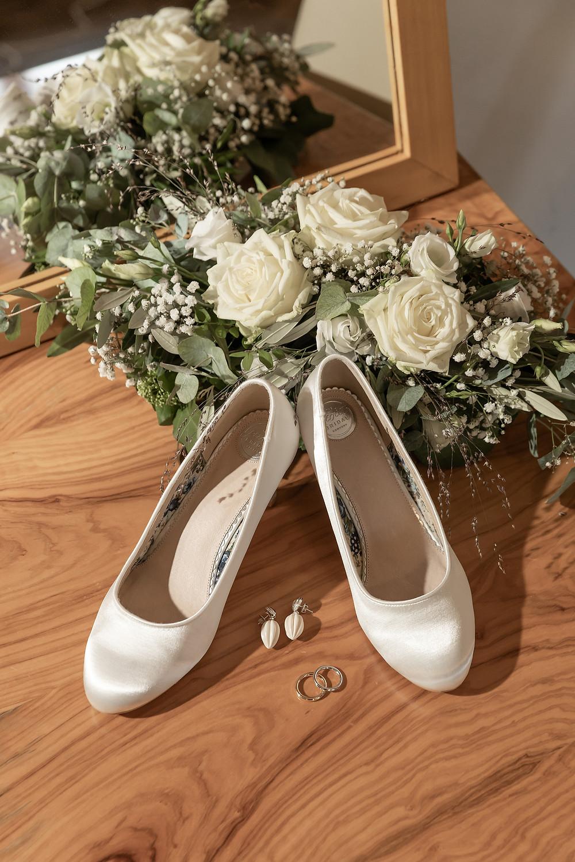Detailbild Brautstrauss, Schuhe und Trauring