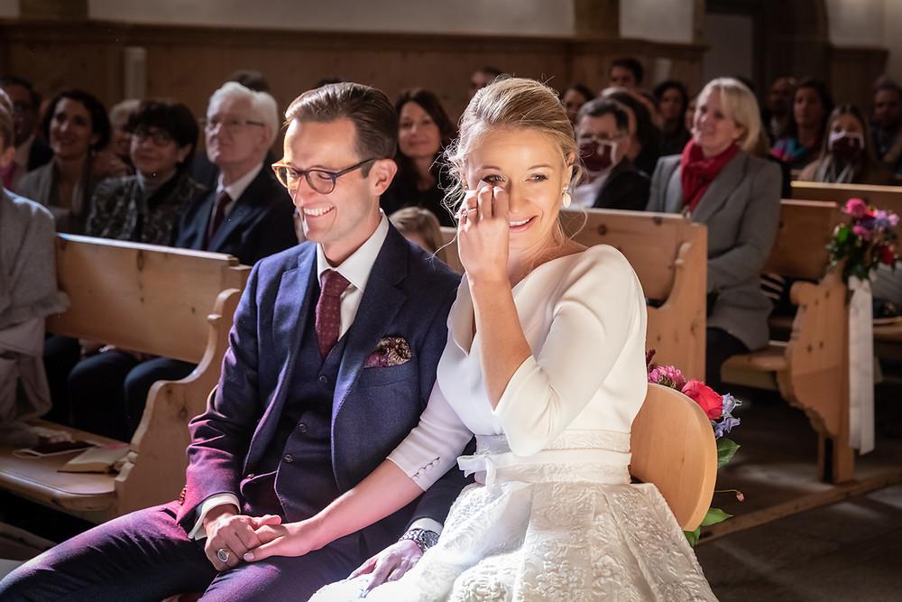Emotionales Brautpaar während Trauung
