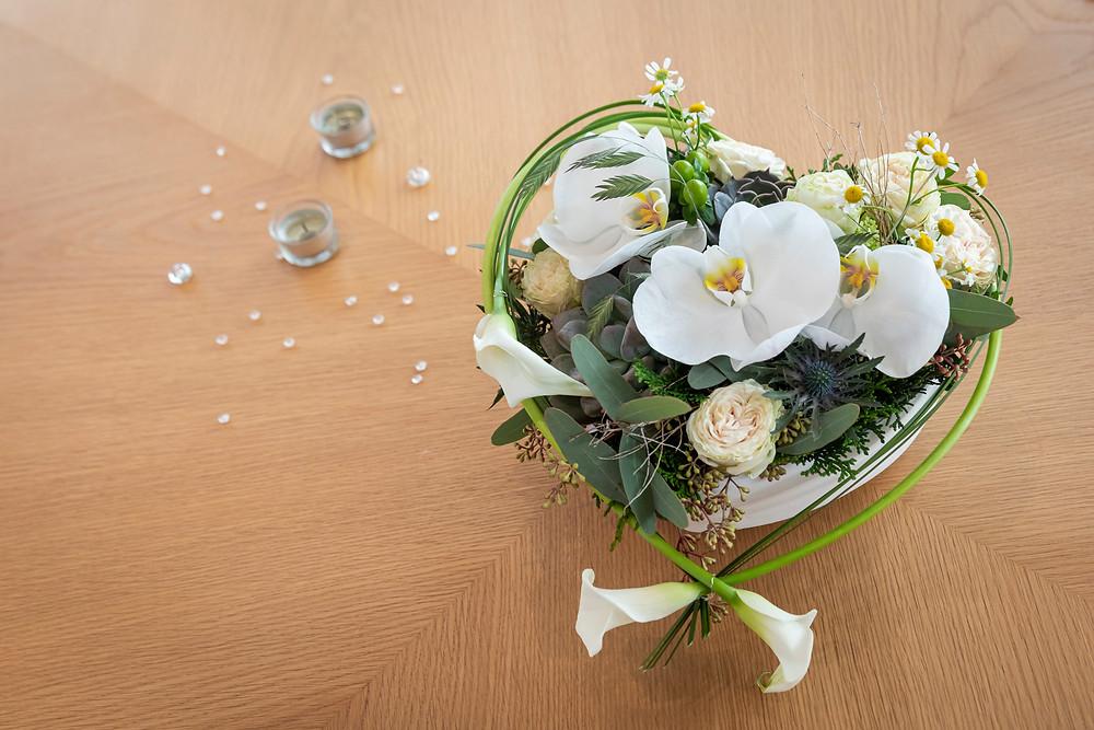 Zivile Trauung, Tischdekoration aus Blumen