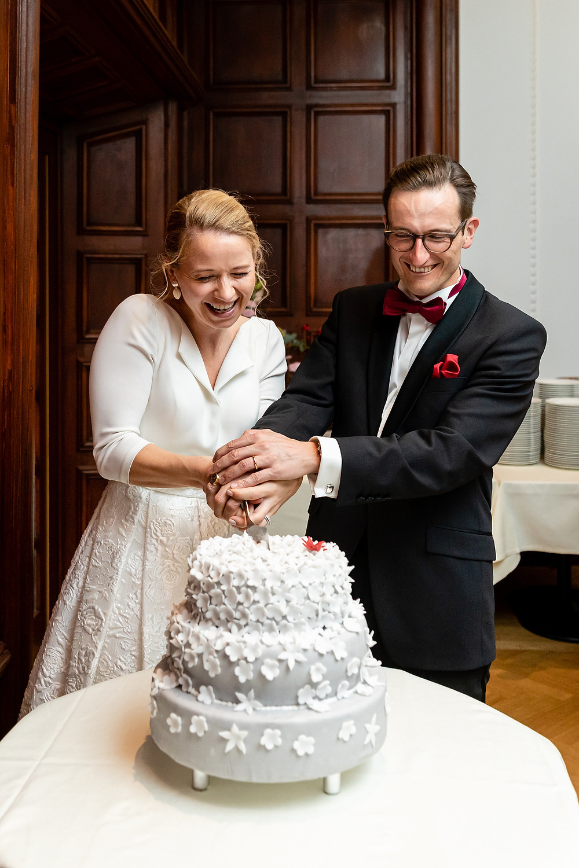 Brautpaar schneidet Hochzeitstorte an