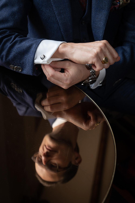 Portrait Bräutigam mit Spiegelung
