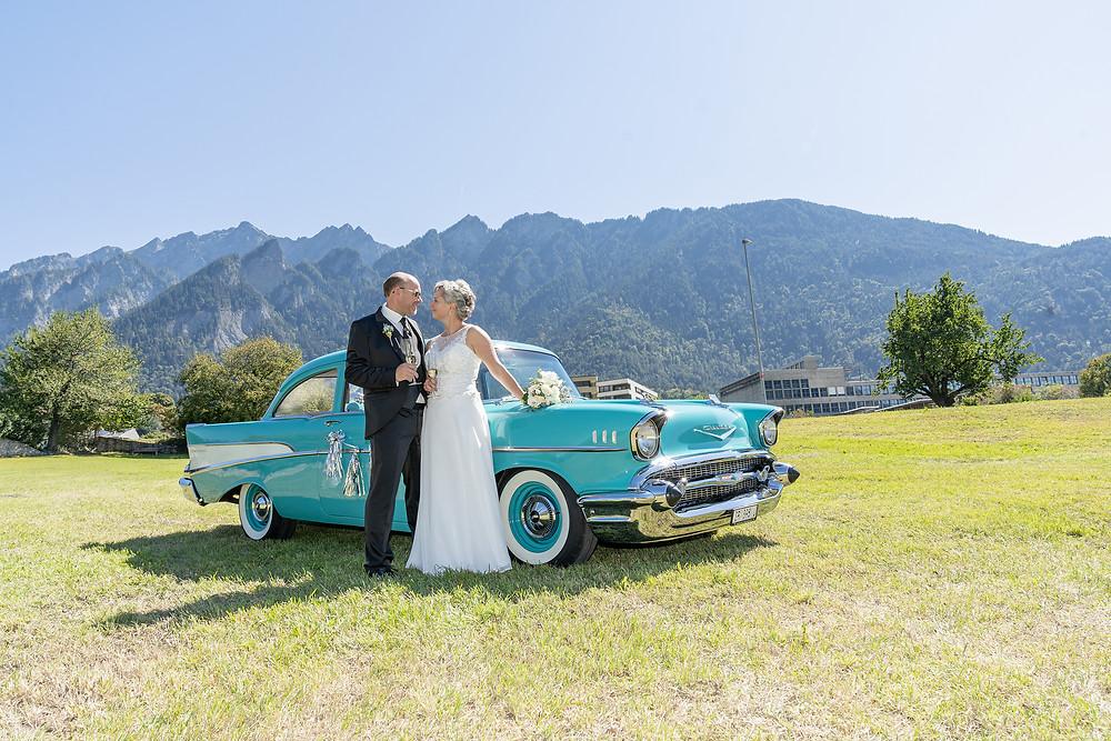Brautpaarbild mit Oldtimer