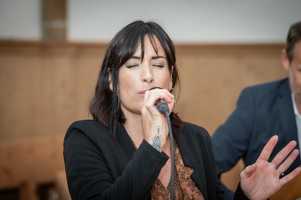 Sängerin Band Maxin während Trauung