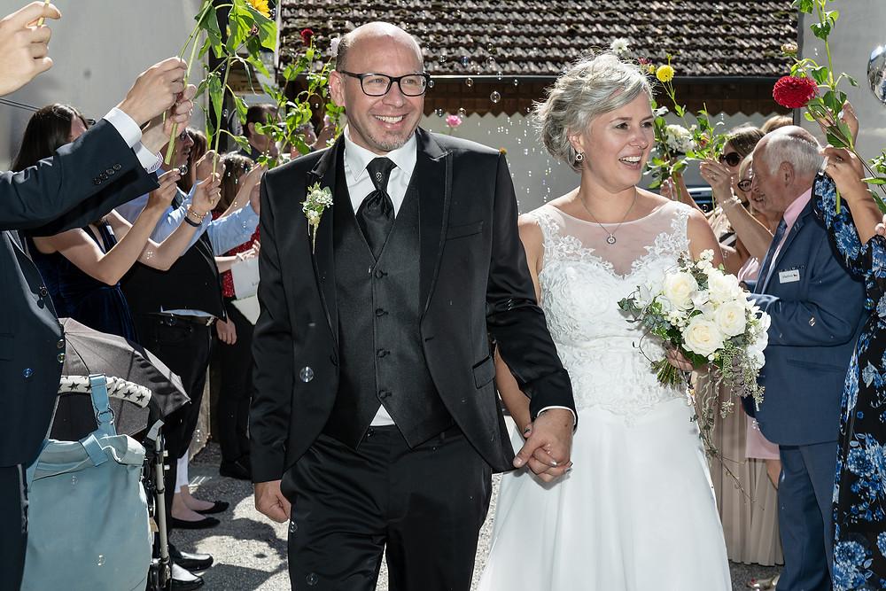 Spalier Hochzeit mit Seifenblasen und Blumen