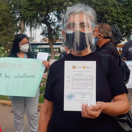 Voluntarios de vacunas Sinopharm protestan en exteriores del INS