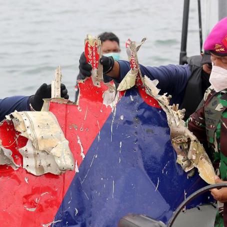 Encuentran  restos humanos en zona donde cayó avión de Indonesia