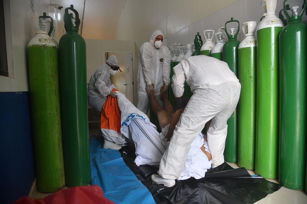 Hospital II de Essalud, fallecido de apenas 38 años es preparado para su entierro. FOTO| Hildebrandt en sus trece/ Hugo Alejos.