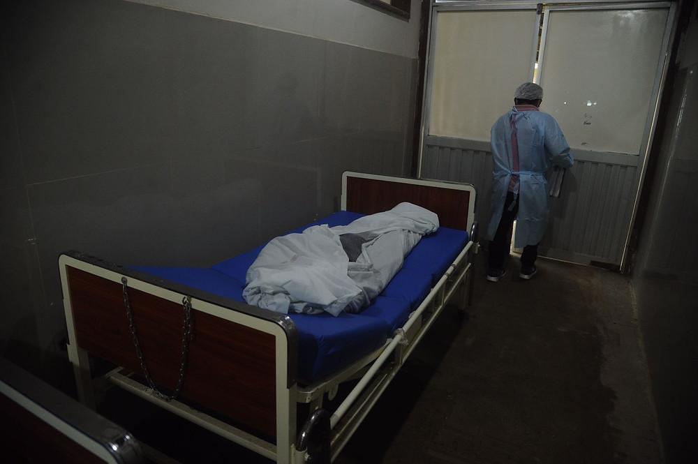 Cuerpo de familiar del pintor amazónico Pablo Amaringo espera ser desinfectado en un pasadizo del HAY. Créditos| Hildebrandt en sus trece/ Hugo Alejos.