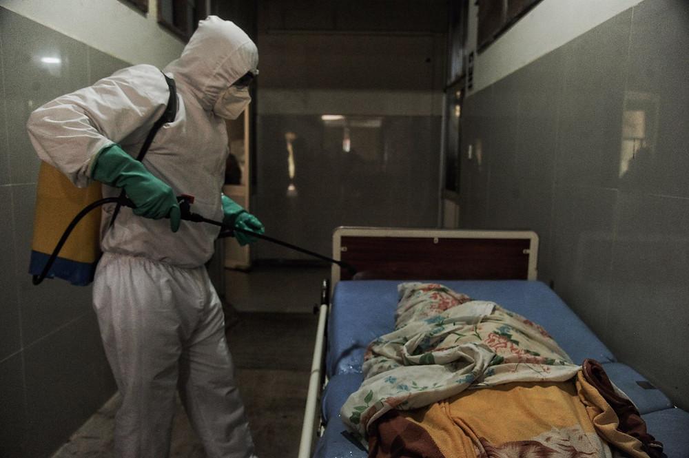 Rutina de nunca acabar. La desinfección de los cuerpos fallecidos por la pandemia es moneda corriente para los integrantes del Equipo Humanitario. FOTO| Hildebrandt en sus trece/ Hugo Alejos.