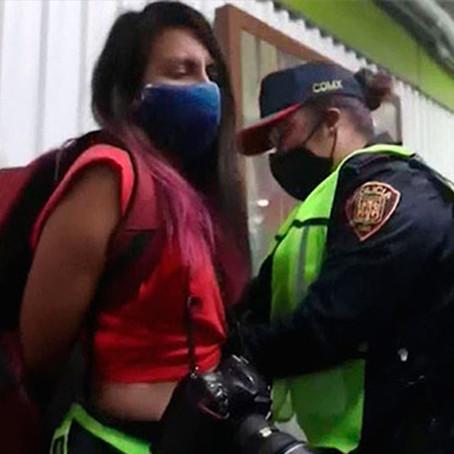 México: Policías golpean a fotoperiodistas que cubrían el Día de la Mujer