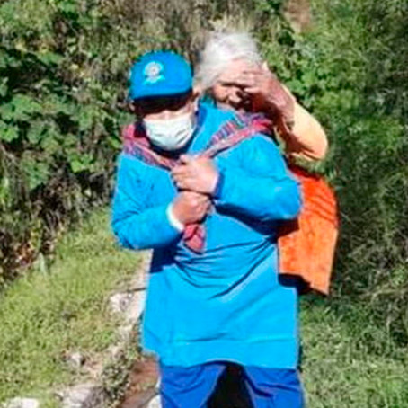 Ayacucho: Hombre traslada a anciana para que reciba vacuna contra la COVID-19