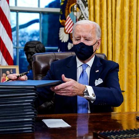 Joe Biden firmó decretos que otorgan ayuda financiera a estadounidenses