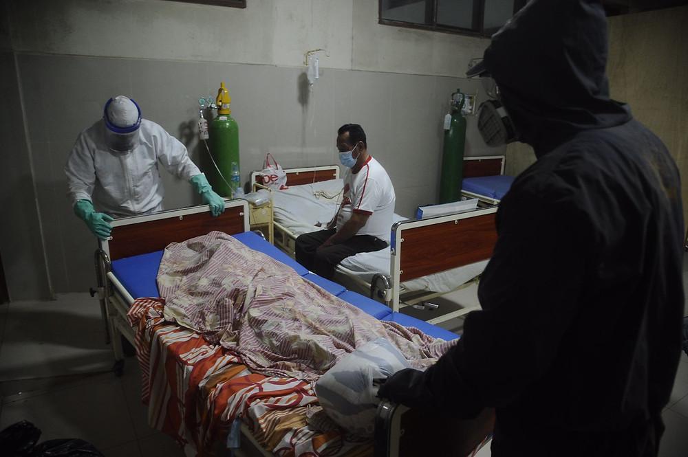 Fallecido es retirado del área COVID-19 del Hospital Amazónico de Yarinacocha. FOTO| Hildebrandt en sus trece/ Hugo Alejos.