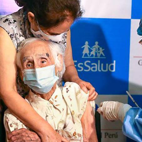 Vacunación en Perú: la primera adulta mayor vacunada tiene 104 años