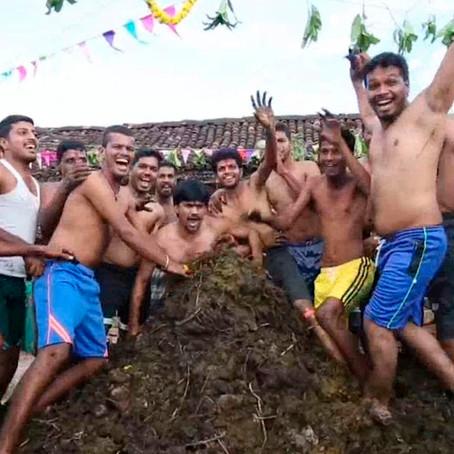 India: Ciudadanos  se bañan en estiércol de vaca frente a la pandemia de la COVID-19