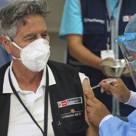 Francisco Sagasti recibió segunda dosis contra la COVID-19