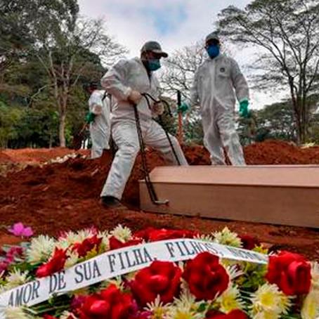 Cementerios colapsan, Brasil exhuma viejas tumbas para los muertos por COVID-19