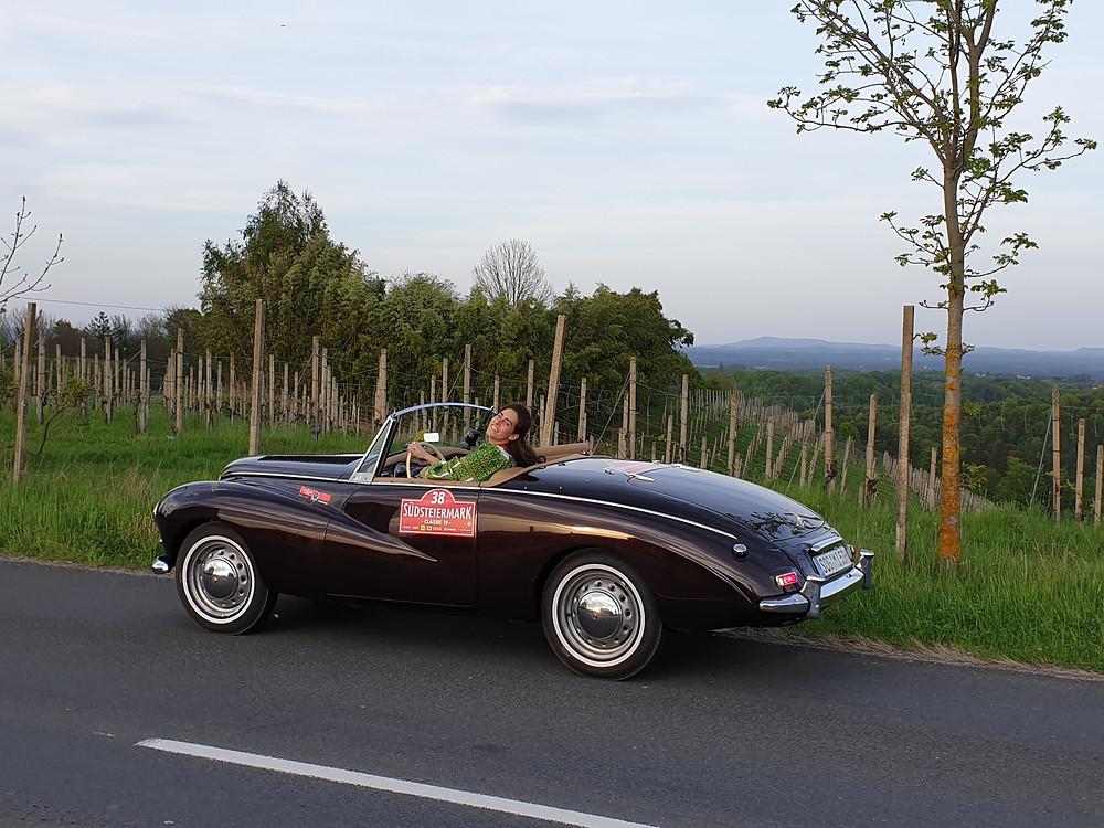 Prinzessin Sophia Wolkonksy als würdige Fahrerin des Sunbeam Alpine Mark I 1953 von Dr Rudolf King bei der Südsteiermark Classic 2019