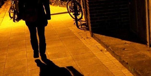 Der Mann überfiel die Frau überraschend von hinten. Foto: dpa (Symbolfoto)