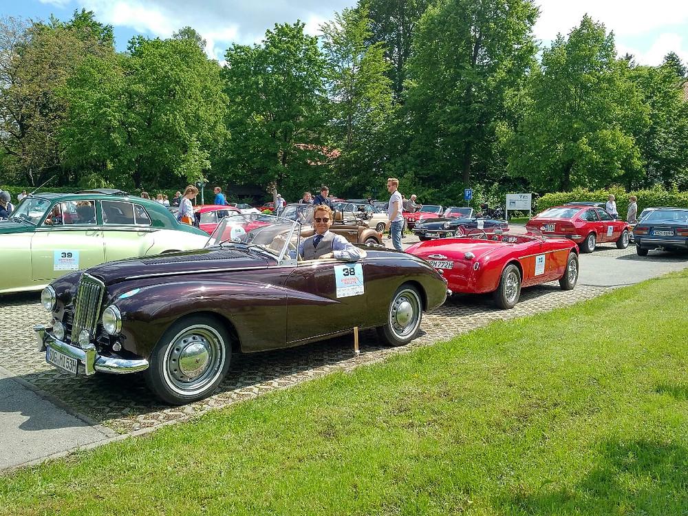 Dr. Rudolf King und sein Sunbeam Alpine Mark I von 1953, dahinter eine top restaurerte Alfa Romeo Giulietta