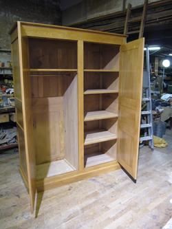 armoire ouverte en chêne