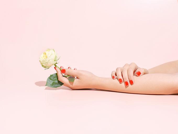 Holding eine Rose