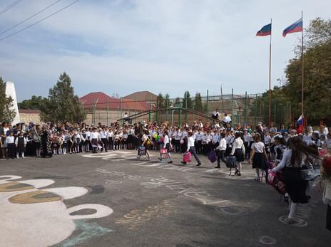 Заур Аскендеров поздравил учащихся Мамедкалинской гимназии с Днём знаний
