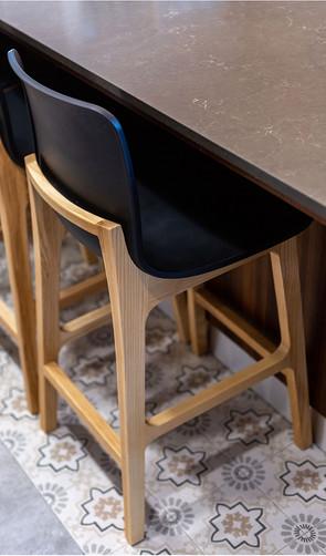 כסא ליד דלפק המטבח