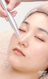 毛穴洗浄をする女性の施術の様子