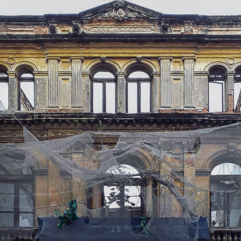 Fachada de um edificio histórico em necessidade de restauro