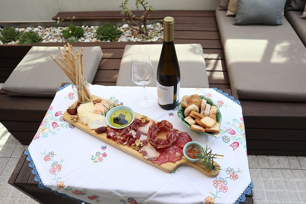 Tabua mista acompanhada de vinho verde, servida no patio