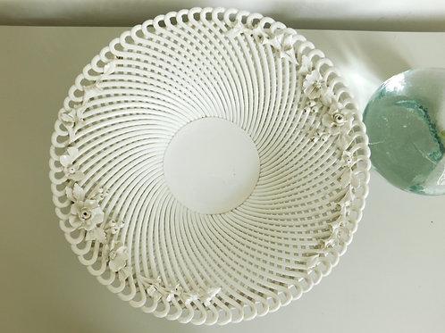 Grand plat en faïence blanche vintage avec reliefs