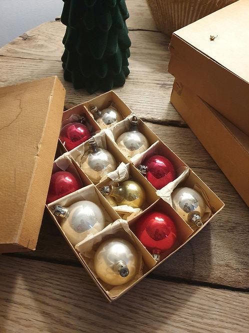Boîte de 11 boules de Noël coloris rouge et argent