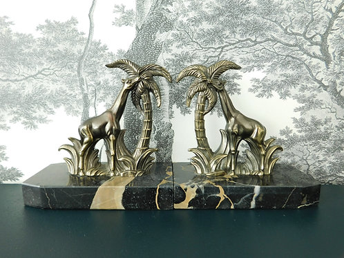 Serres livres en marbre noir et girafes