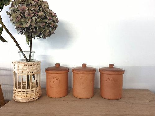 3 pots en terre cuite, intérieur émaillé blanc