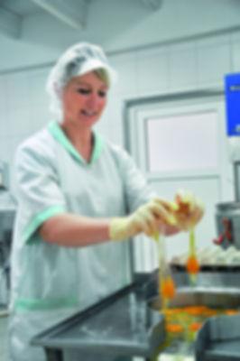 Eier Aufschlagen in der Nudelproduktion