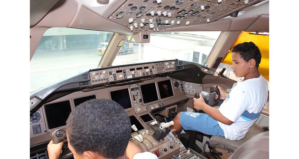 Crianças do Rio de janeiro conhecem interior de uma aeronave
