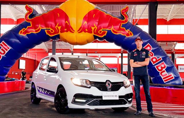 Daniil Kvyat, piloto da Red Bull Racing Renault, acelera Sandero R.S. 2.0 em São Paulo