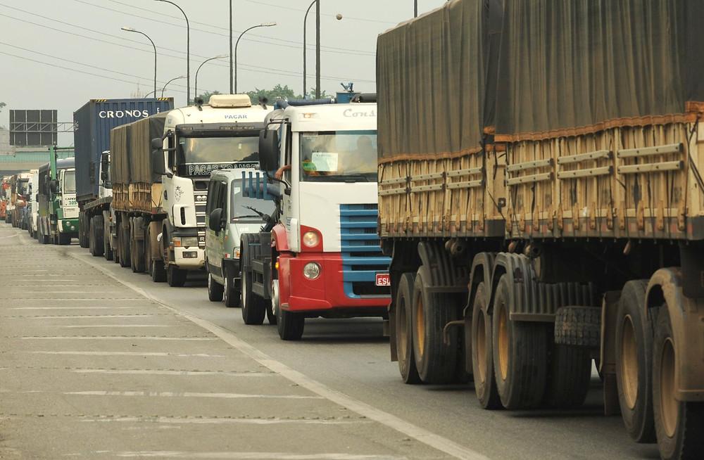Metade dos caminhões circulam com irregularidades que prejudicam o meio ambiente